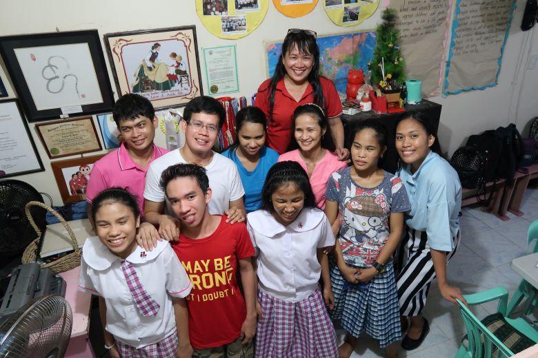 Lorena Acula und einige ihrer Studenten in Manila