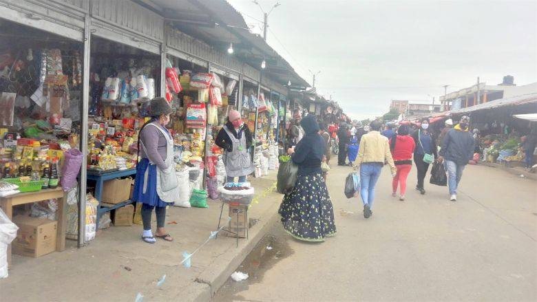 people on a market in Bolivia during a cold day in June 2020