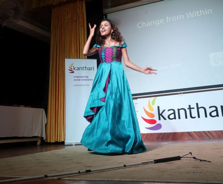 Sristi KC, Gruenderin von BLIND ROCKS waehrend einen Auftritt auf der kanthari Buehne in Kerala
